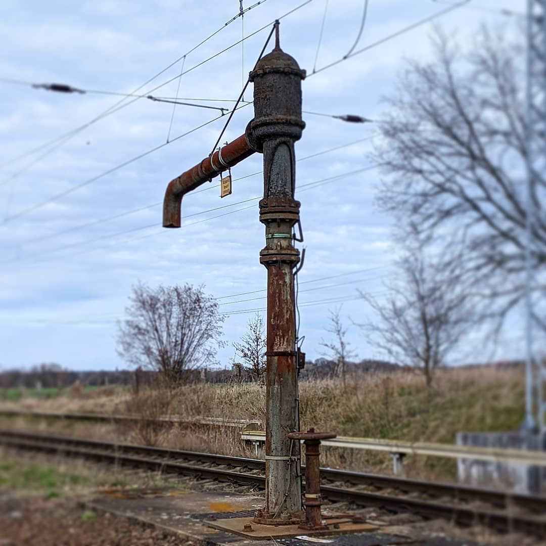 #photooftheweek #instasunday #train #trainstation #geocaching #lostplaces #urbex #unterwegsmitfreunden #wasserkran #watercrane #eisenbahn #eisenbahnromantik #faketiltshift #urlaub